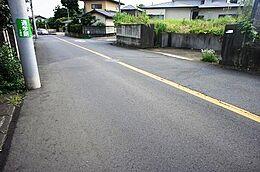 前面道路は幅員約10mの公道です。