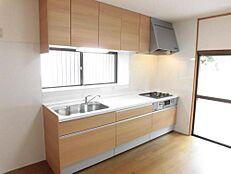 リフォーム後写真キッチンは新品にシステムキッチンに交換しました。人工大理石の天板に3つ口コンロになります。
