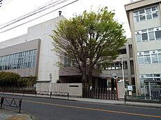 羽村市立羽村第二中学校まで617m、中学校小中一貫教育を実施しています。部活動にも力を入れている中学校です。