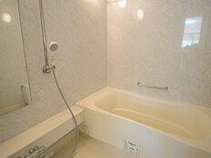 浴室乾燥機、追い炊き機能つきの広いバスルームです
