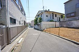 前面道路は車通りも少なく、小さなお子様にも安心の距離です。