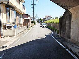 幅員約6mの南面道路に接道しており、車の出し入れが便利です。
