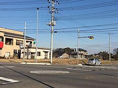 西側16m・南側16m(農道)・北東側5.5m道路に接道しています。