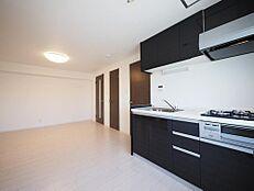 明るい自然光が入るキッチンスペース。ご夫婦そろってキッチンに立っても調理がしやすい広さです。