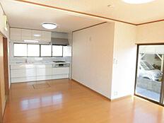 リビングスペースは床の張り替え、壁・天井のクロス張り替え、照明器具の新品交換を行いました。南向きで採光の良い空間です。