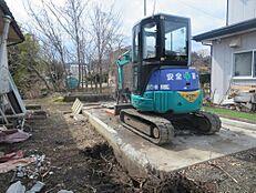 小屋を撤去しています。この後、砕石等を敷き込み、駐車スペースにします。(4/22更新)