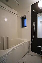 窓付きのバスルーム。いつでも新鮮な空気を取り込めます