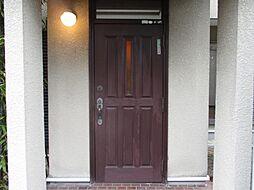 現在リフォーム中 外側玄関写真です。安心してご入居して頂けるように、インターホンと鍵は新品に交換する予定です。鍵は、住宅お引渡しと同時にお渡し致します。