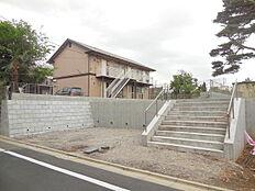 2路線2駅利用可能。小中学校まで徒歩10分圏内、子育て環境良好。建築条件なし売地、最終1区画。