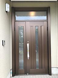 オータムブラウンで高級感のある玄関ドア。欄間もついており採光も取れております。