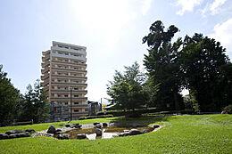 駅から徒歩5分以内と交通や買い物に便利。公園や医療機関も近隣にあるので好立地なマンションです。
