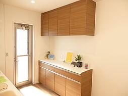 キッチン反対側に備え付け収納付。食器から調理器具まで大きさに分けて分類収納可能。