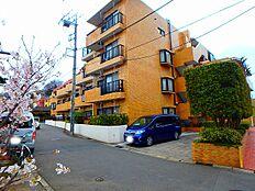 高幡不動の街並みを彩るレンガ調の外観デザイン