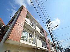 昭和54年5月築と多少古さを感じさせますが、お部屋はリノヴェーションによりとってもきれいに大変身。野川沿いに佇むマンションで大変環境の良いマンションです。