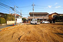 外観:前面道路とはフラットな現地、お車の駐車などもしやすく、工事の費用もおさえられる
