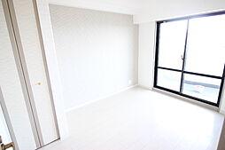 白を基調とした清潔感あふれる印象の室内