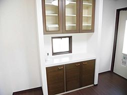 キッチンの後ろには作り付けの収納があります。こちらを食器棚としてもお使い頂けます。