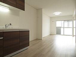 とても明るいリビングです。壁付けのキッチンなのでお部屋を広く使うことができます。