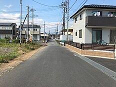 前面道路 南東側約4m幅に接道しています。