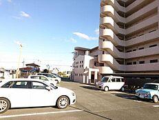 外観写真マンションの裏手に駐車・駐輪スペースがあります。出入り口もある為、表のエントランスまで回り道がいりません。