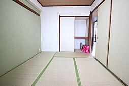 リビングダイニングに隣接する和室は、客間として キッズスペースとして 家事スペースとしてマルチに使える便利な空間です