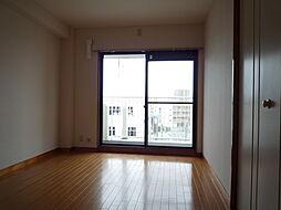 バルコニーに面した南向きで明るい洋室