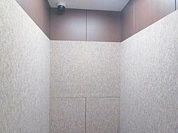 エレベーター内写真です。エレベーター内には監視カメラがついており、防犯対策がしっかりしています。