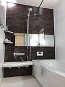 (浴室イメージ)一日の疲れを癒すバスルームはお湯が冷めにくい浴槽を採用。光熱費の節約も貢献します。