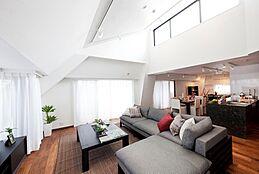 住まいの中心となるリビングスペースをできる限り充分に取ると共に、窓からの採光を存分に活かす造りで、明るく温かみのあるワイドリビングに仕上げています。