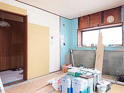 リフォーム中写真12/6撮影キッチン別角度 システムキッチン交換、クロス張替、フローリング重ね張り、照明器具交換します。幅広システムキッチンなら家事動線もスムーズに。家事の時短につながります。