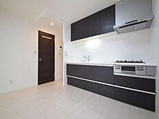 新規に交換されたキッチンで新生活。夫婦そろってキッチンに立っても調理がしやすく余裕の広さ。食器類もすっきりと片付く余裕の収納力。
