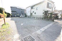 敷地は、余裕を持ったカースペースと、小さな庭を確保できる広さです。