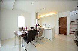 モデルハウスのような空間を演出できるのは、トータルコーディネートされた住宅だからこそ叶う住まい。日常を特別な空間へ導くお手伝いを致します。(建物プラン例/建物価格1755万円、建物面積89.26m2)