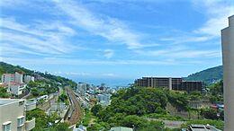 バルコニーからの眺望です。相模湾と東海道新幹線と伊東線の線路もご覧いただけます。