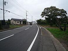 前面道路です。50号バイパスへのアクセスも良好です。
