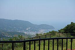 バリコニーやリビングから海眺望と山風景