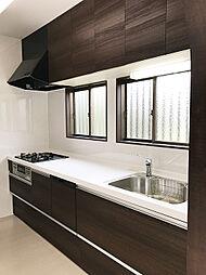 木目調で高級感溢れるデザインのシステムキッチン。新規交換済みです。