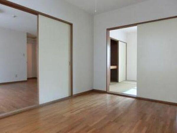 東栄ハウスの落ち着いた色調の洋室です
