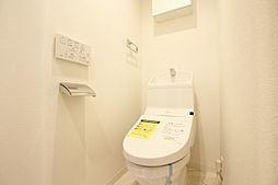 収納スペース有のウォシュレット付トイレです