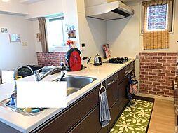 食洗器付きのキッチン角部屋の為キッチンにも窓が有り、換気が出来ます。