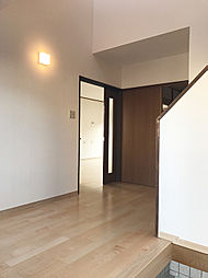 明るい玄関〜廊下は吹き抜けも有り開放的な空間です。(1)