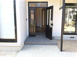 両開きの広い玄関