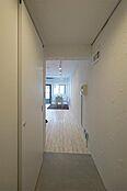 玄関は白く清潔感ある空間。