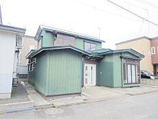 価格には消費税、リフォーム費用を含みます。リフォーム中でもご案内可能。内覧希望の方はお電話ください。リフォーム前、南西外観写真。駐車場確保する為、物置解体します。外壁・屋根は塗装して仕上げます。(冬期
