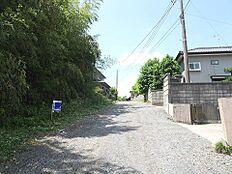 北西側幅員約4mの前面道路です。