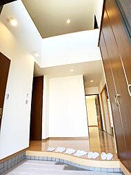 ゲストを迎える玄関は、採光や開放感に溢れた吹抜仕様です。
