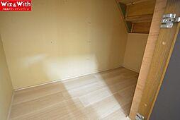 階段下に収納スペースがあります。季節ものの扇風機やストーブ置き場に最適。
