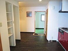 ここからお部屋の紹介です。玄関を入ると左側(写真では右側)にトイレとキッチンがあります。