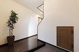 階段下もあますところなく、収納スペースに。