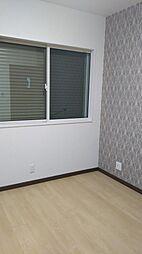 東側世帯1階洋室です。間取り図での表記は納戸となっておりますが、居室としてご利用いただけます。現地(2018年4月)撮影